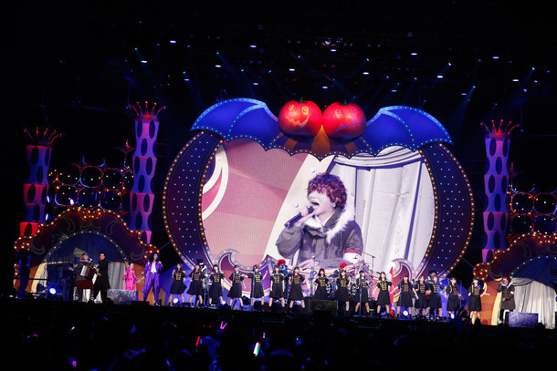 イベントのエンディングで「One Night Carnival」をパフォーマンスする出演者たち。(撮影:山内洋枝)
