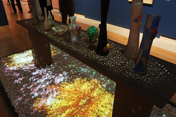 ガラスの花器にもイメージを投影