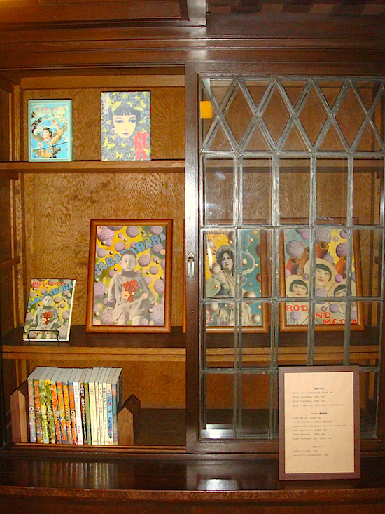 本棚には、原画と共に実際に手に取って鑑賞できる本も並ぶ