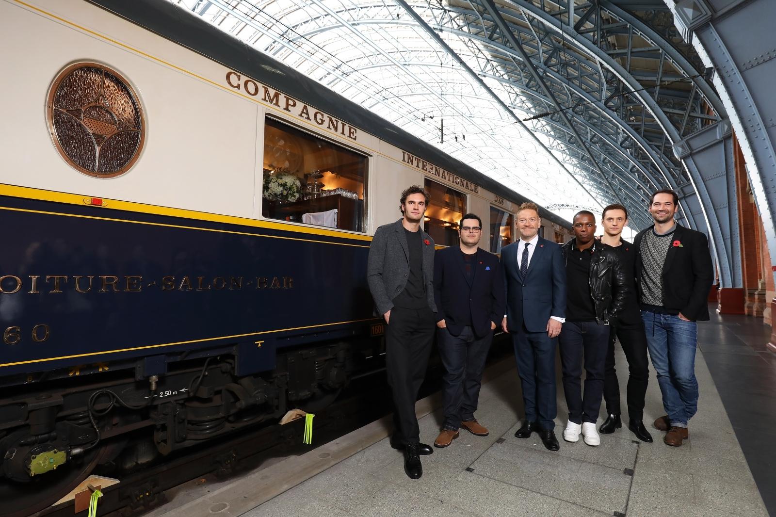 左から、トム・ベイトマン、ジョシュ・ギャッド、ケネス・ブラナー、レスリー・オドム・ジュニア、セルゲイ・ポルーニン、マヌエル・ガルシア=ルルフォ セント・パンクラス駅に登場したオリエント急行