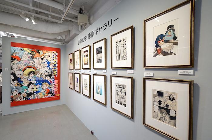 展示風景(右が手塚治虫による原画、左がカウンターイラスト)