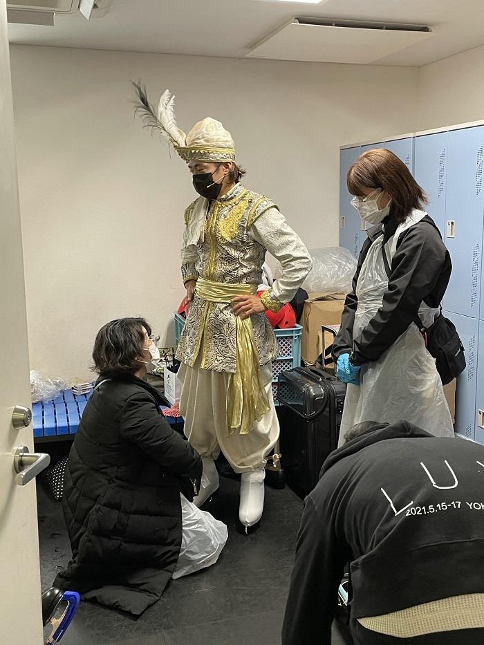 """""""光の王子""""の衣裳をフィッティングする様子"""