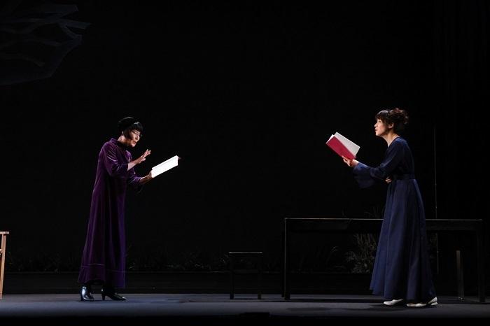 (左から)片桐はいり、瀧内公美 舞台写真:宮川舞子