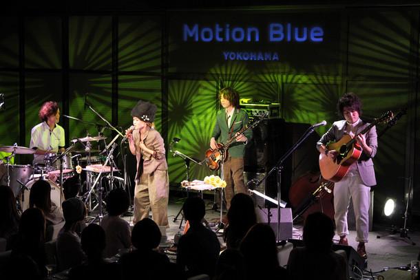 写真は本日7月7日に行われたNakamuraEmi「NIPPONNO ONNAWO UTAU vol.3」発売記念ワンマンライブの様子。NakamuraEmiは左から2番目。(写真提供:オフィスオーガスタ)