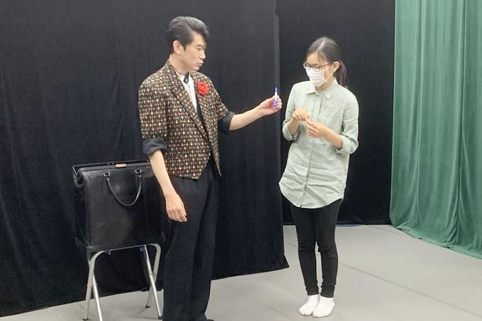 「劇団 天白月夜」に出演する、マジシャンの太田ひろし(左)。