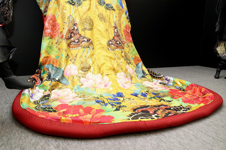 弘徽殿女御の衣裳の一つ。氷上でも裾を引いて動けるよう、特殊な加工が施されている