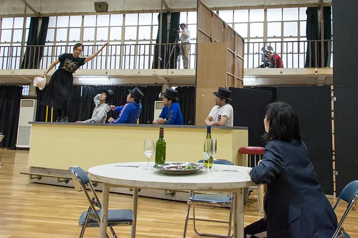 左より)清野友香莉(ツェルビネッタ)、近藤圭(ハルレキン)、伊藤達人(ブリゲッラ)、吉田連(スカラムッチョ)、松井永太郎(トゥルファルデン)、杉山由紀(作曲家)