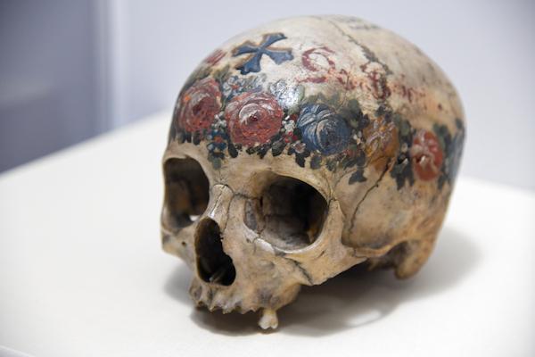 彩色が施されたアンナの頭骨 オーストリア ハルシュタット 1800年-1900年頃 ゲッティンゲン大学人類学コレクション
