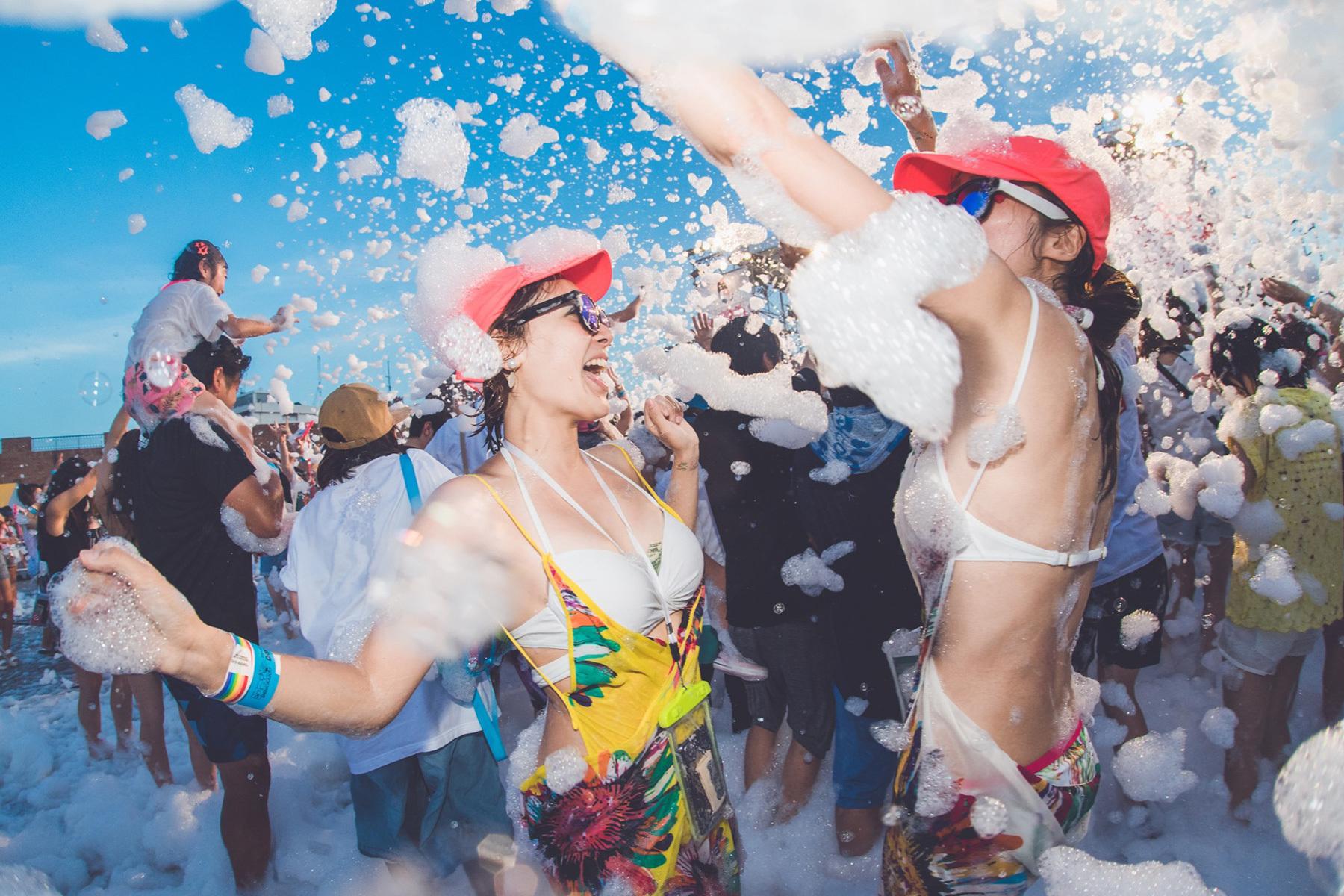 泡まみれになって踊る「泡パ」「泡フェス」