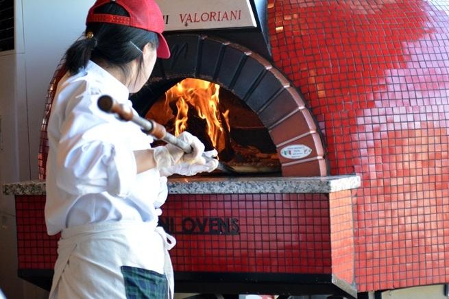 焼き立ての本格ピッツァは大人気!