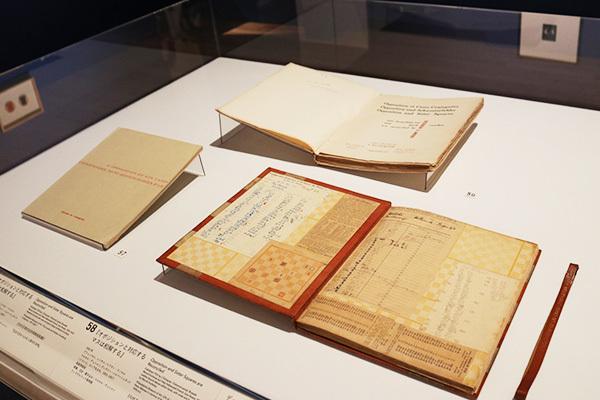 展示風景:ヴィタリー・ハルバ―シュタットとデュシャンの共著『オポジションと対応するマスは和解する』(1932年、フィラデルフィア美術館蔵)