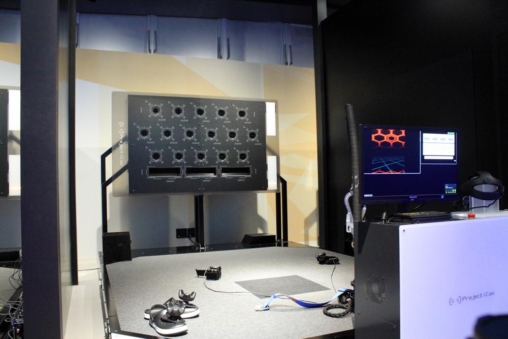 修行場の外観はとても機械的だが、VR空間では広大な施設に。