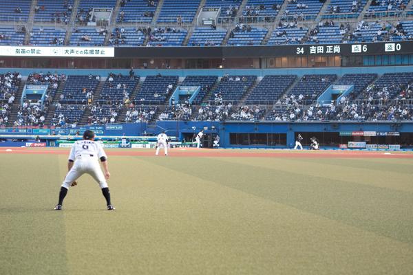 目の前には荻野選手が! グラウンドレベルの席だけにその臨場感は抜群