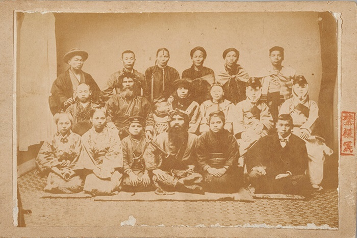 小原真史は展示企画『イッツ・ア・スモールワールド:帝国の祭典と人間の展示』(2/6~28。15日休館)でShowsに参加。 「学術人類館」(第五回内国勧業博覧会)1903年、個人蔵
