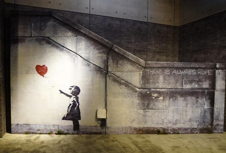 《Girl With Balloon》(2002)の再現展示。実物は残っていない。