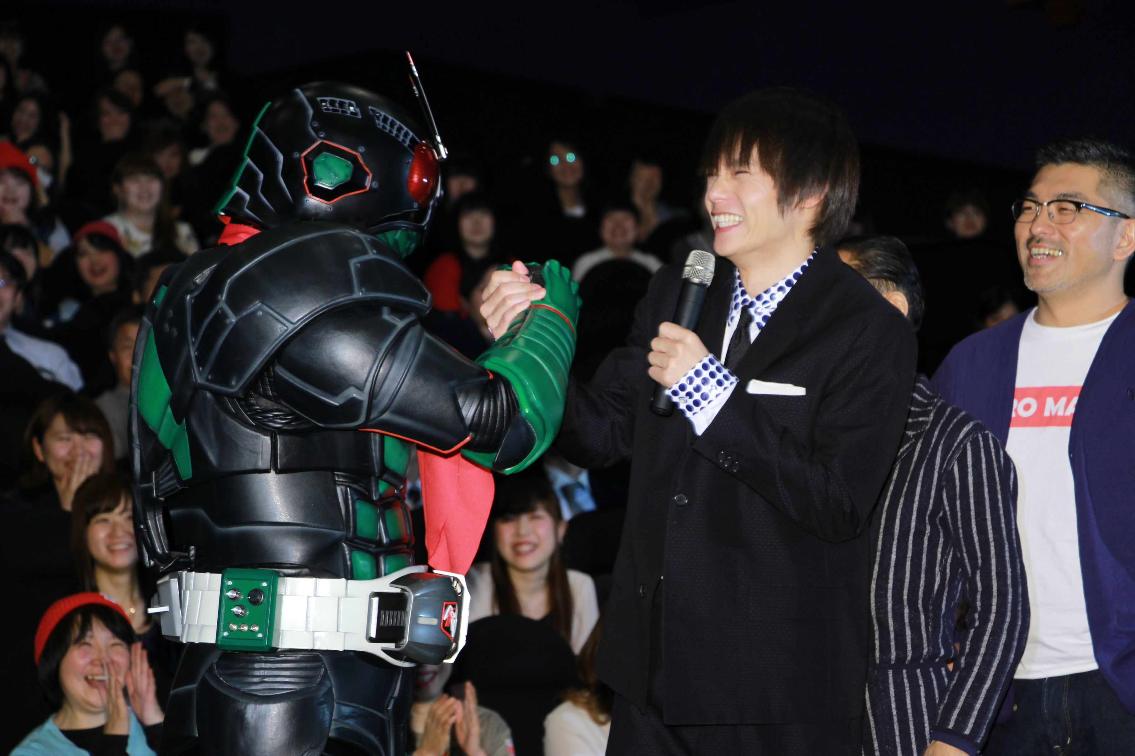 がっちり手を握り合う仮面ライダー1号と窪田正孝