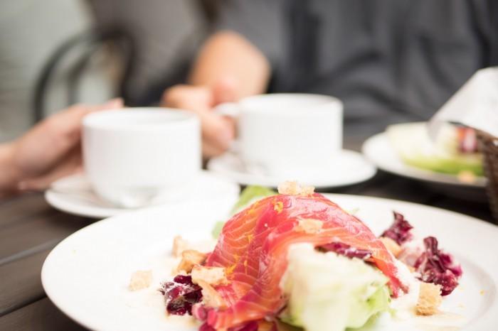 自家製サーモンマリネのシーザーサラダ(自家製パン付き)/1,000円(税別)