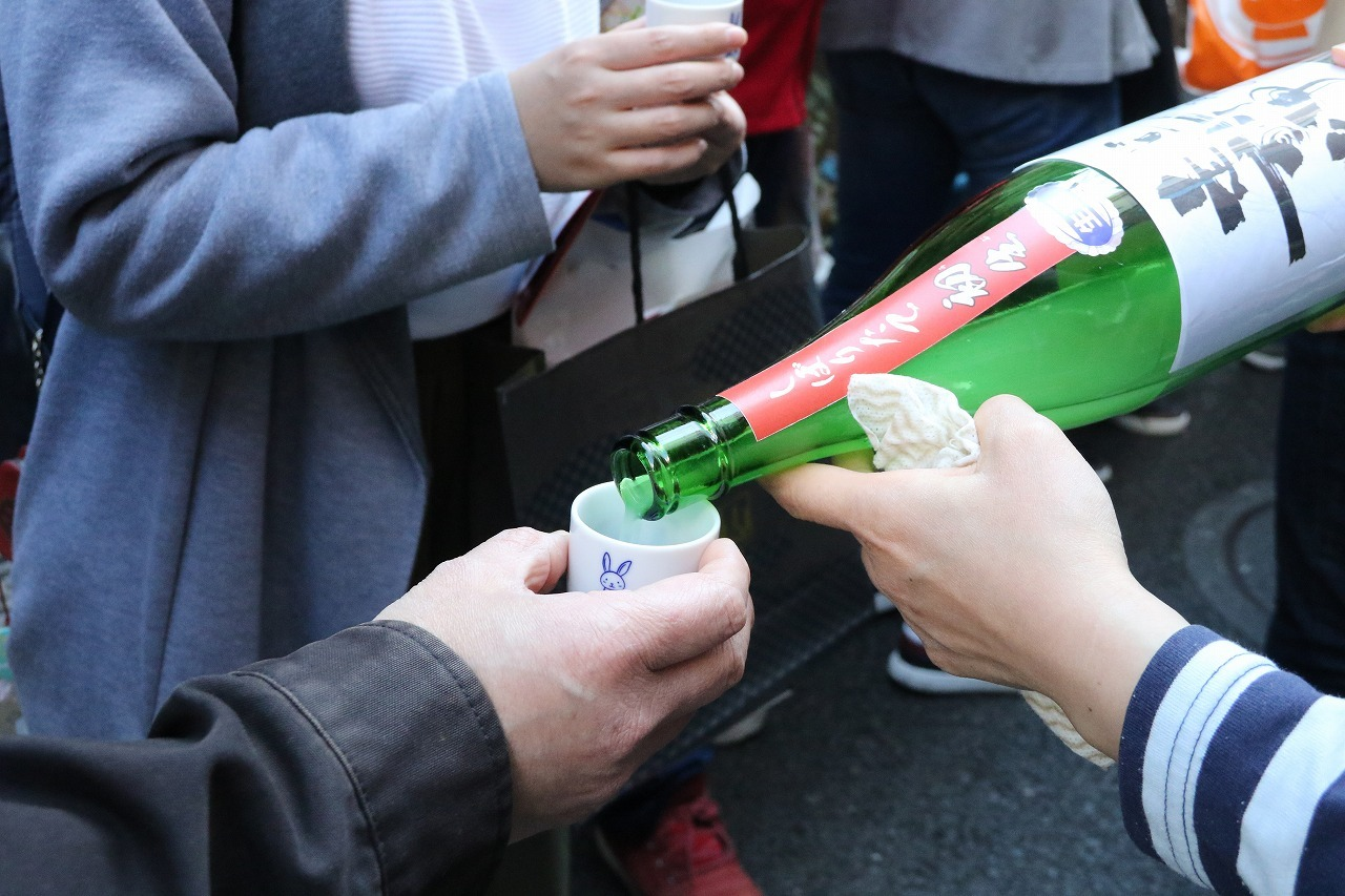 行列に並んでいる間にもおすすめのお酒を振る舞ってもらえることも♡