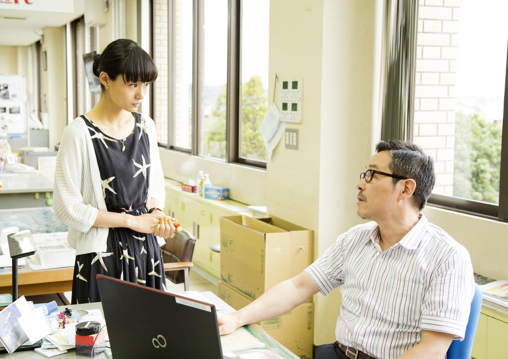 忽那汐里演じる十和田ミチル(左) (C)2017 Hit-Point/『映画ねこあつめ』製作委員会