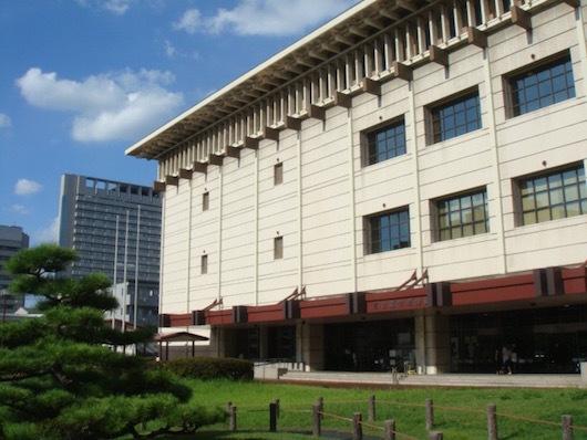 名古屋市博物館の外観。手前には緑まぶしい日本庭園が広がる