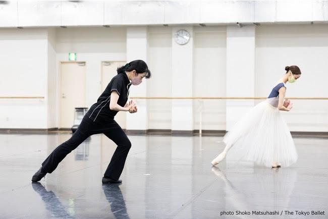 『ジゼル』(2021年2月公演)のリハーサルより、 斎藤友佳理(左)、 沖香菜子(右)。 コロナ対策のためスタジオでは常にマスクを着用してリハーサルにのぞむ