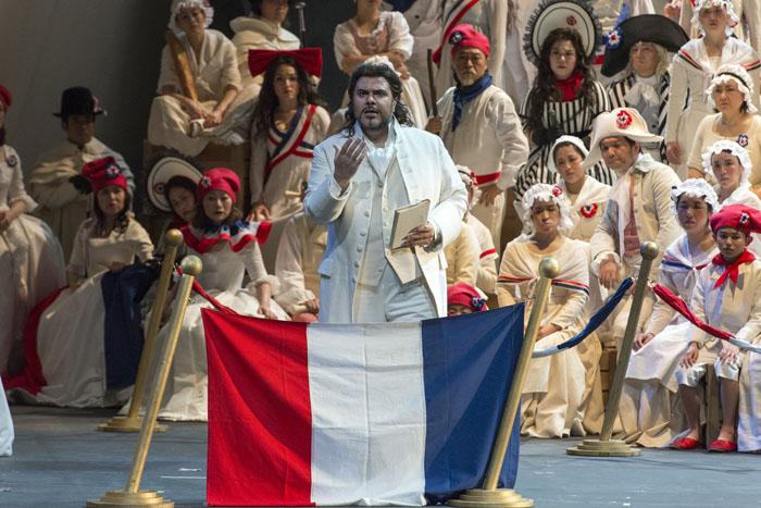 シェニエの抗弁ではヴェントレの迫力ある歌唱が光った 撮影:寺司正彦 提供:新国立劇場