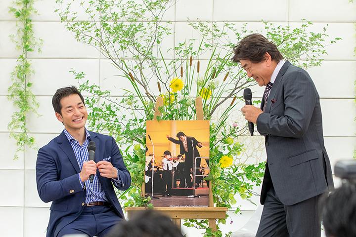 PMFオーケストラ演奏会(指揮:佐渡裕、ヴァイオリン:五嶋龍 1995年7月)の写真を前に談笑