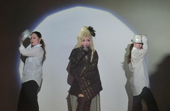 洋風の演目もある。左から飛鳥菜夏さん・小龍優さん・千明ありささん(2016/2/11)