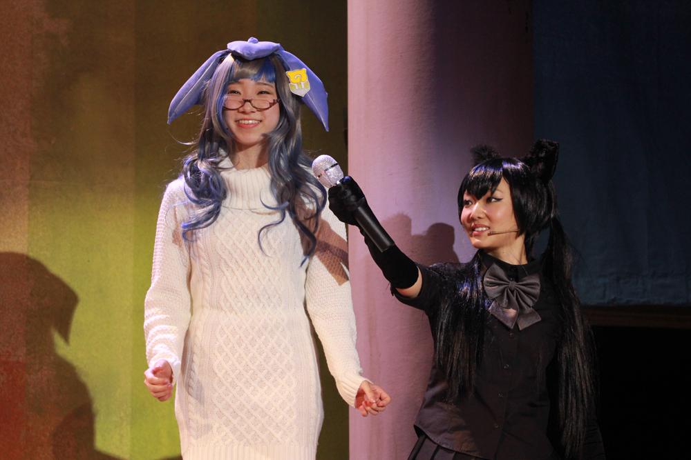 シロナガスクジラ役の伊藤梨花子(左)は舞台初挑戦。右はクロヒョウ役の稲村梓。