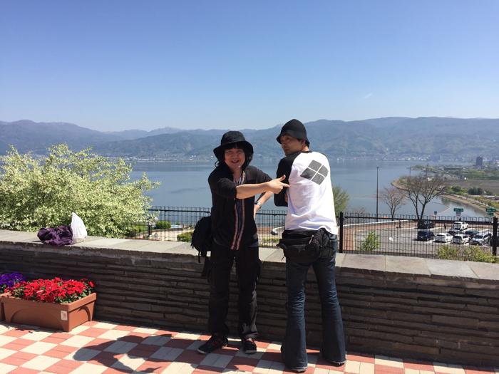 諏訪四郎勝頼に敬意を表し諏訪湖をバックに(後藤マスヒロ、高木大地)