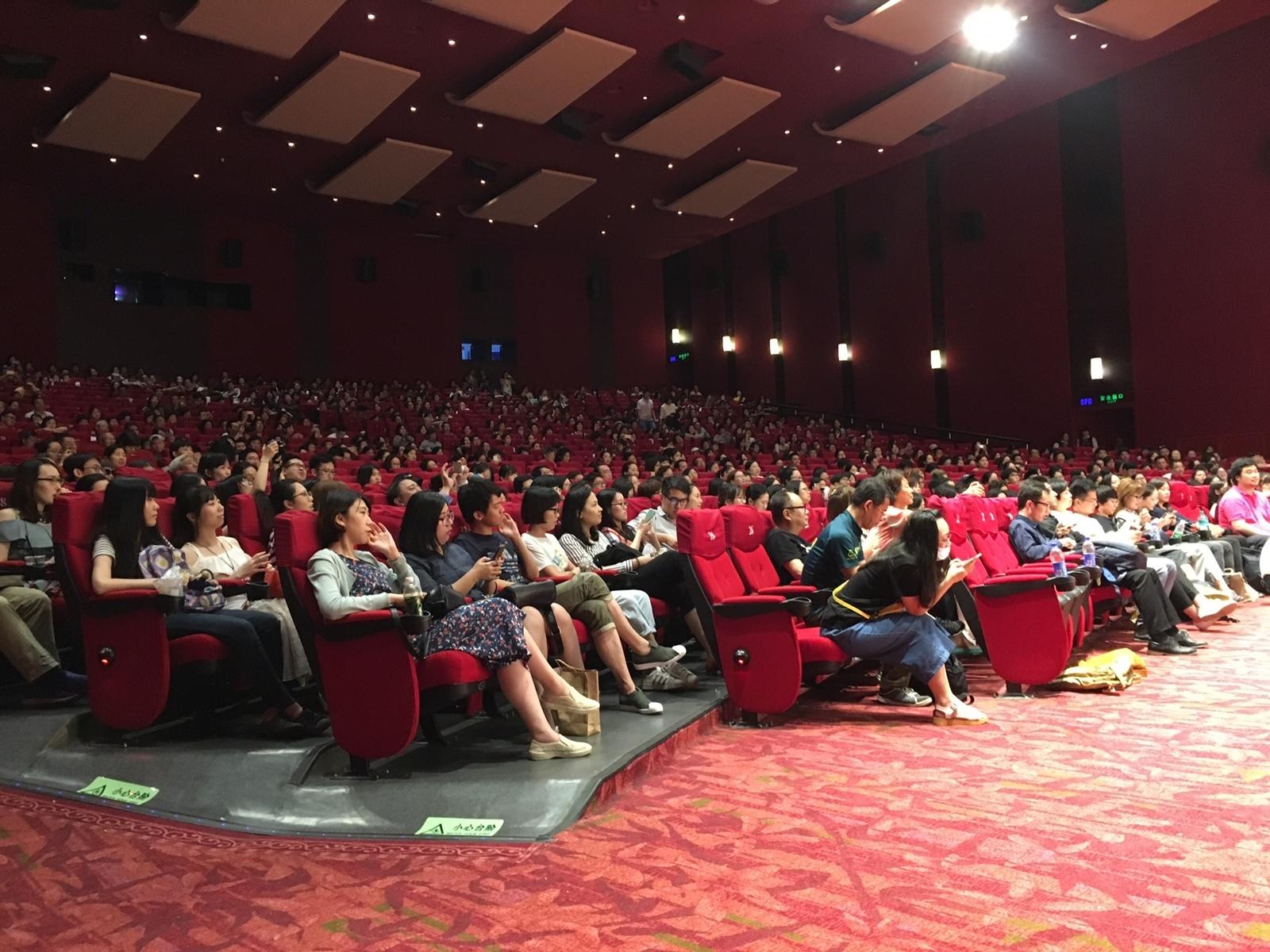 1,000人の大きな会場が満席となる盛況ぶり