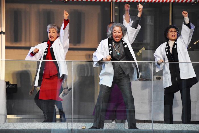 豆まきの途中、振り付けを教える中尾ミエ、田中利花、初風諄(左から)