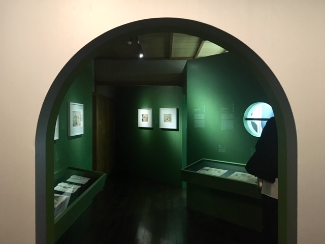 奥へ奥へと引き込まれる絶妙な空間アプローチは、本展の見どころのひとつ