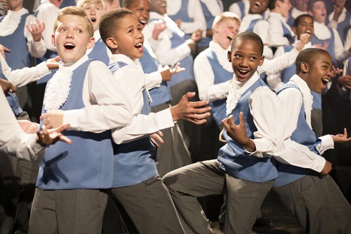 楽曲によって、静かに歌ったり、踊りながら歌ったり