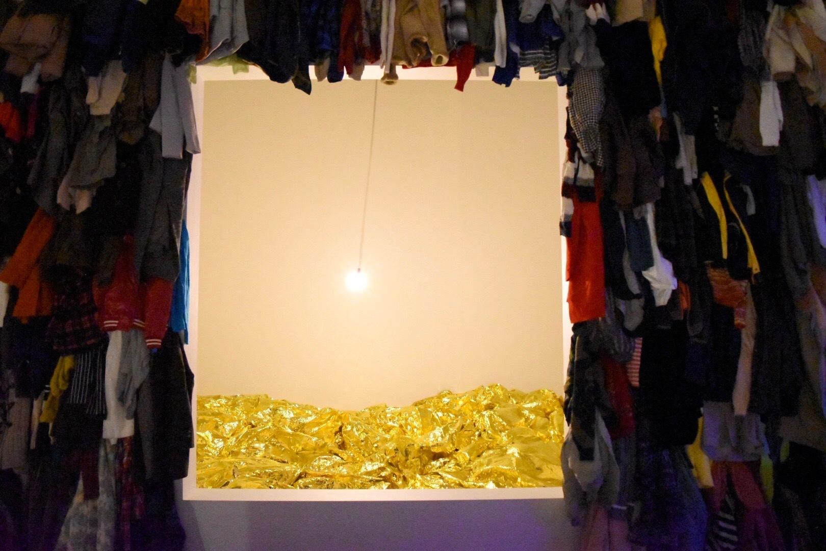 中央:《黄金の海》 2017年 側面:《保存室(カナダ)》 1988年 「クリスチャン・ボルタンスキー −Lifetime」展 2019年 国立新美術館展示風景