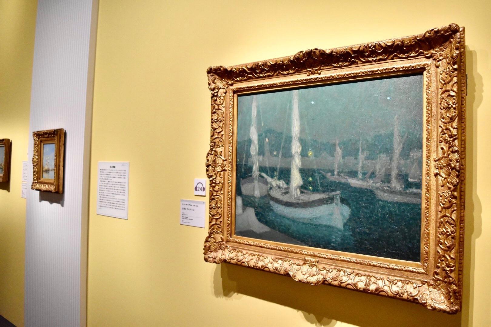 右:アンリ・ル・シダネル 《月明かりの入り江》 1928年 油彩、カンヴァス (C)CSG CIC Glasgow Museums Collection