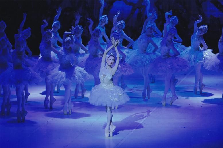 新「白鳥の湖」オデットを踊る森下洋子(21.7 オーチャードホール)  写真提供:松山バレエ団