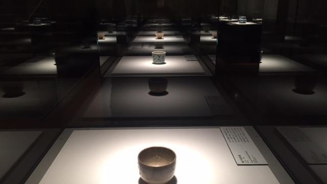 手前:瀬戸筒茶碗 江戸時代 17世紀 個人蔵 奥:染付花唐草文茶碗 中国・明時代 17世紀 徳川美術館