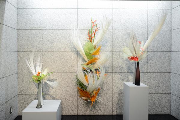 各階の入り口には生け花が置かれている