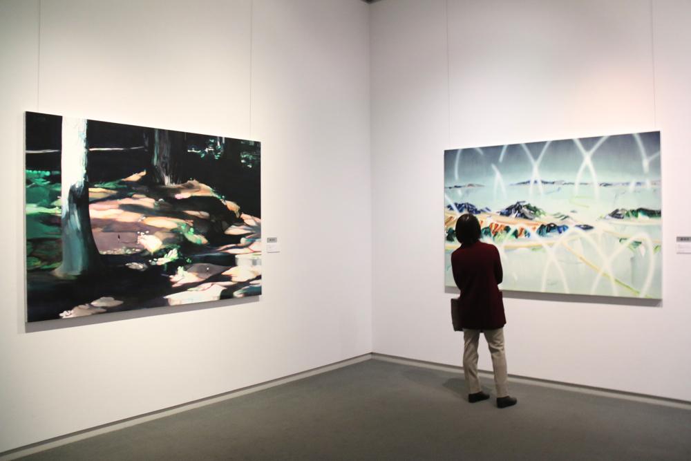 左:奥田文子 《untitled》2018年 油彩・綿キャンバス 130.3×194cm  右:古橋香 《汽水域のドローイング》2018年 油彩・綿布・パネル 130.3×194cm