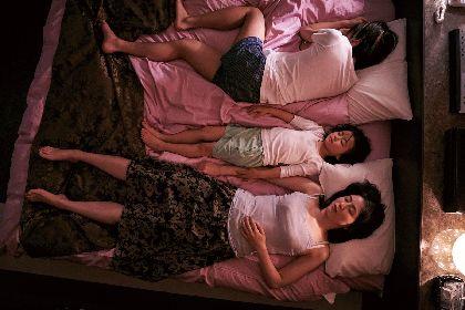 長澤まさみと奥平大兼がラブホテルのベッドで横たわる 映画『MOTHER マザー』母子の姿をとらえたカットなど場面写真8点を公開