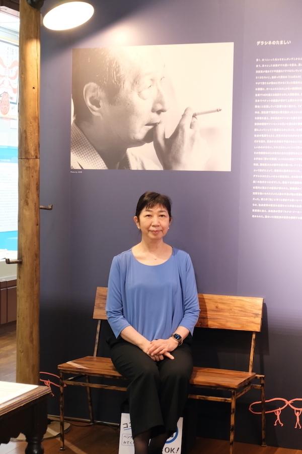 岡室美奈子館長。会場のフォトスポットであったベンチにて