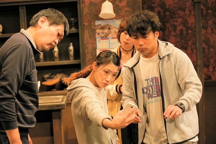 母親の死をきっかけに再会した、バラバラの家族の人間模様を描いた、ばぶれるりぐる第3回公演『へちむくかぞく』(2019年)。 ©︎horikawa takashi.