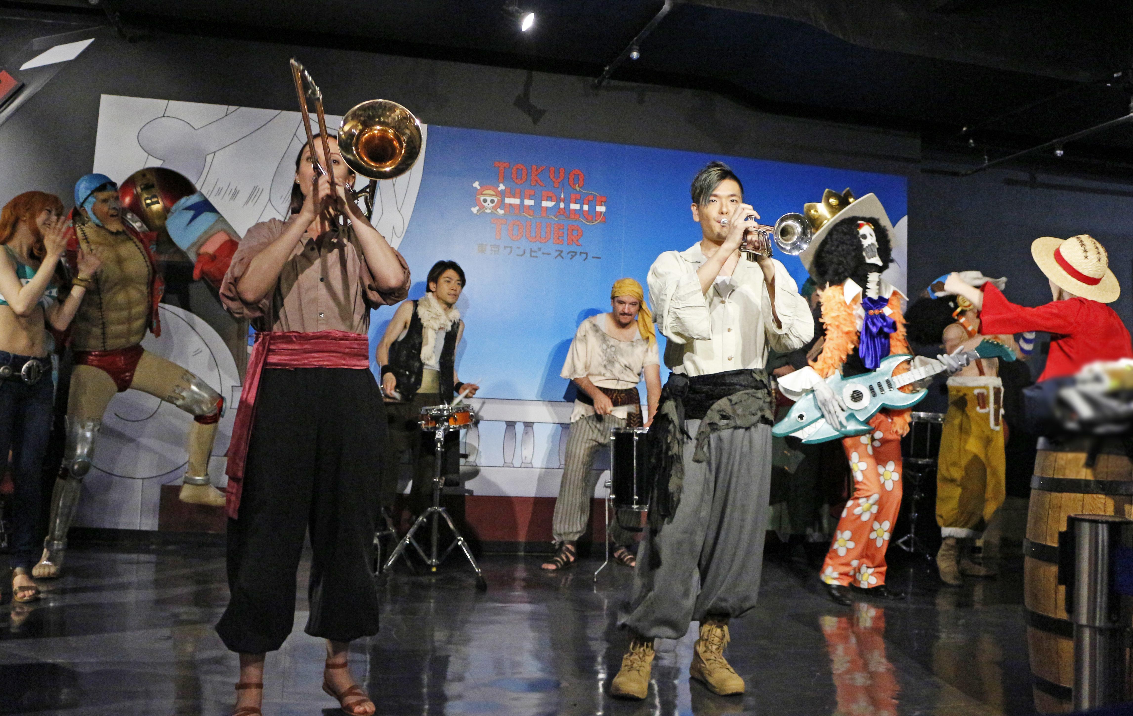 海賊衣装でパフォーマンスを行った4人のミュージシャン