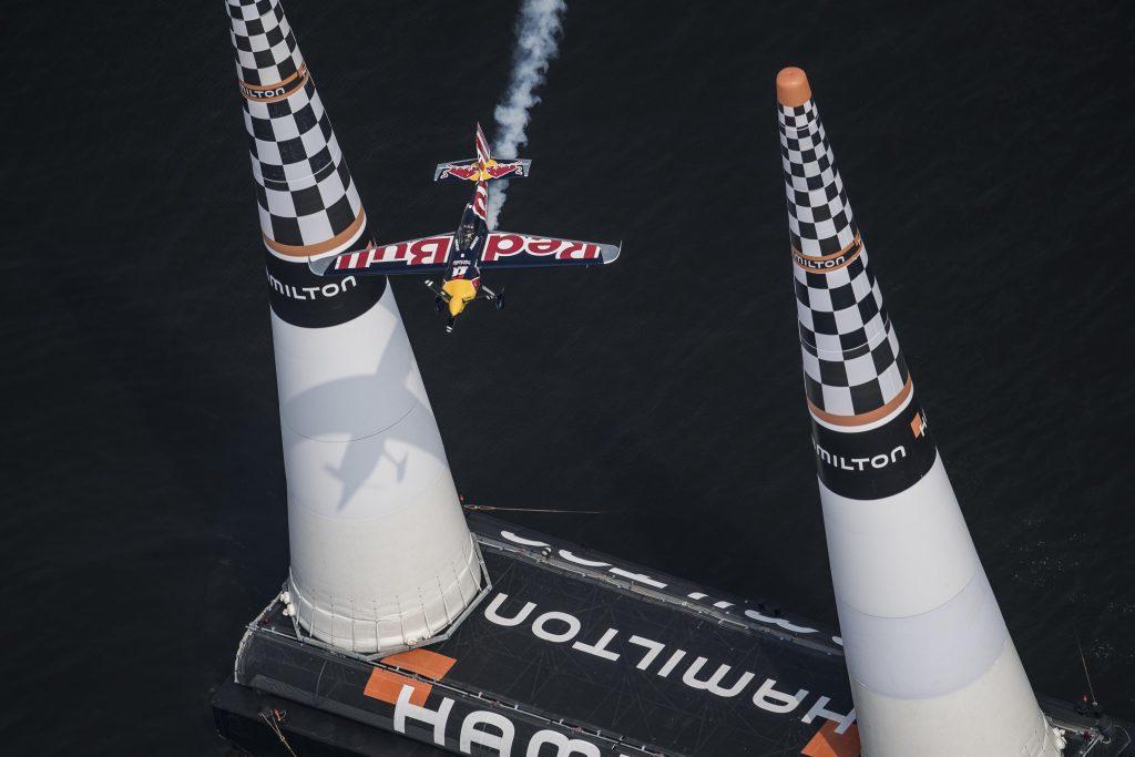 フィニッシュゲートでの飛行速度は時速370km/h(200ノット)に達する ©︎ Joerg Mitter / Red Bull Content Pool