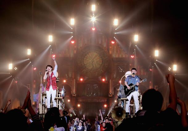 ゆず「SPECIAL LIVE LAWSON presents YUZU ARENA TOUR 2016 TOWA」1月17日公演の様子。(写真提供:有限会社セーニャ・アンド・カンパニー)