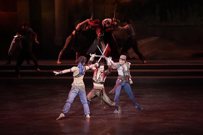 迫力満点の闘剣シーン。男性ダンサーの身のこなしも見事で、個性まで伝わってくる