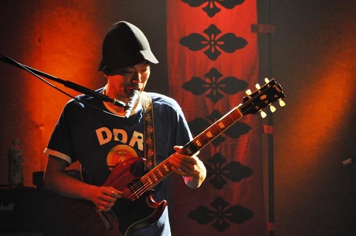 ギター、ヴォーカルの高木大地