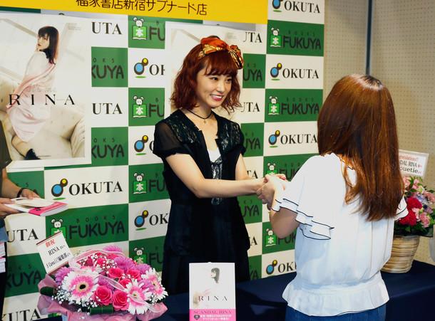 ファンと握手するRINA(SCANDAL)。