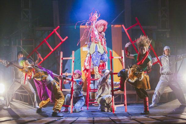 劇団鹿殺し2017本公演~電車2部作 同時上演~「電車は血で走る / 無休電車」より。(写真:和田咲子)